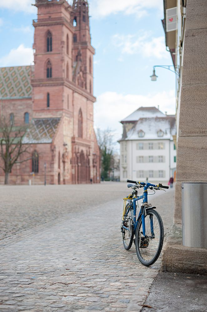 Vélo devant la Cathédrale de Bâle Suisse Basel Swiss Switzerland